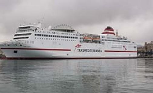 Logotipo del centenario en los buques de Transmediterránea