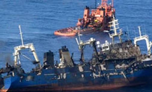 Continúan las actividades de lucha contra la contaminación del pesquero hundido