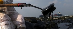 Un portacontenedores encalla en Taiwán vertiendo fuel en la costa