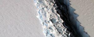 Gran iceberg a punto de separarse de la Antártida