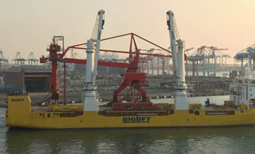 Transporte de grúa en el heavylift Happy Star