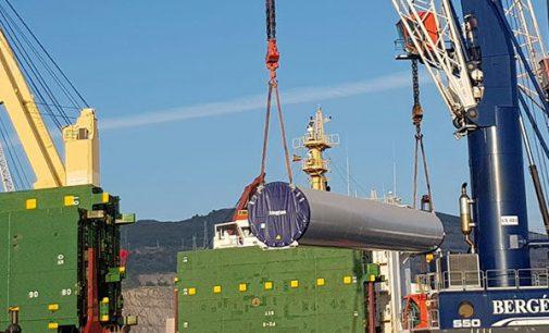 Embarque de torres eólicas en el puerto de Bilbao