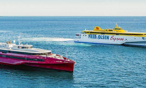 Los ferries trimaranes de alta velocidad Bajamar Express y Queen Beetle navegando juntos