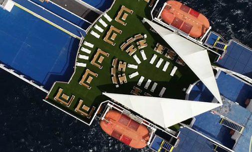 Baleària convierte 85.000 envases de plástico en mobiliario de terrazas para dos de sus 'ferries'