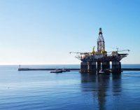 La plataforma petrolífera Ocean Confidence zarpa del Puerto de Almería para su último viaje