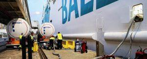 Baleària agiliza la carga de gas natural licuado en el puerto de Almería con un bunkering multi truck