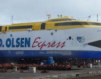 El ferry Bentago Express remolcado y atracado en el muelle de Agaete