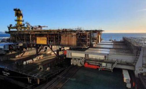 El buque más grande del mundo retira la superficie de la plataforma offshore de la bahía de Morecambe