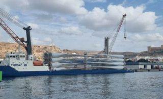 Imágenes de la estiba de palas de aerogeneradores en un buque