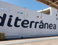 El ferry Ciudad de Ibiza se conecta a la red eléctrica del puerto de Almería