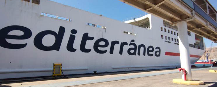 ferry_Ciudad_de_Ibiza_se_conecta_a_la_red_eléctrica_del_puerto_de_Almería