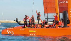 El equipo español gana su primera carrera con el Rey como testigo