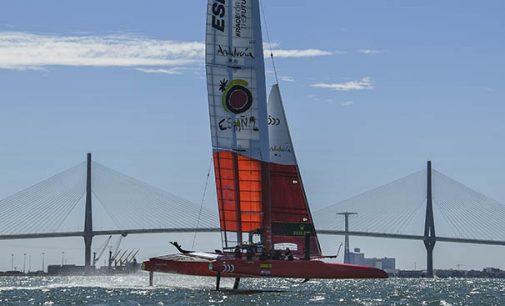 Los F50 empiezan a rugir en aguas de Cádiz
